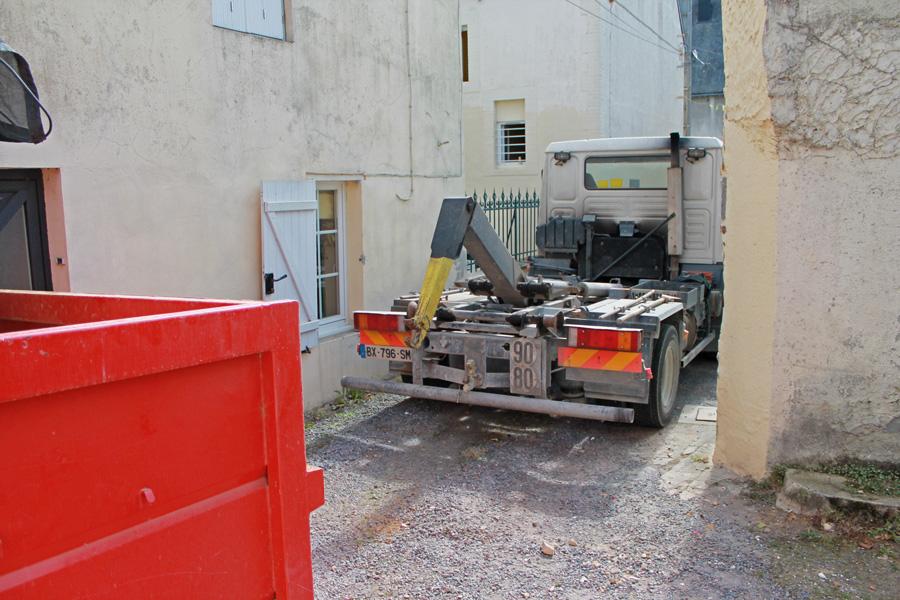 L'approche du camion dans une ruelle étroite