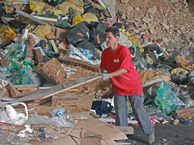 Tri des déchets à la main